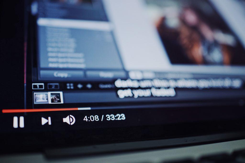 """D'après YouTube, moins de 1 % de son trafic serait truqué. D'après le New York Times, cité par """"Le Monde"""", ce taux représentait, en 2013, la moitié du trafic de la plateforme..."""