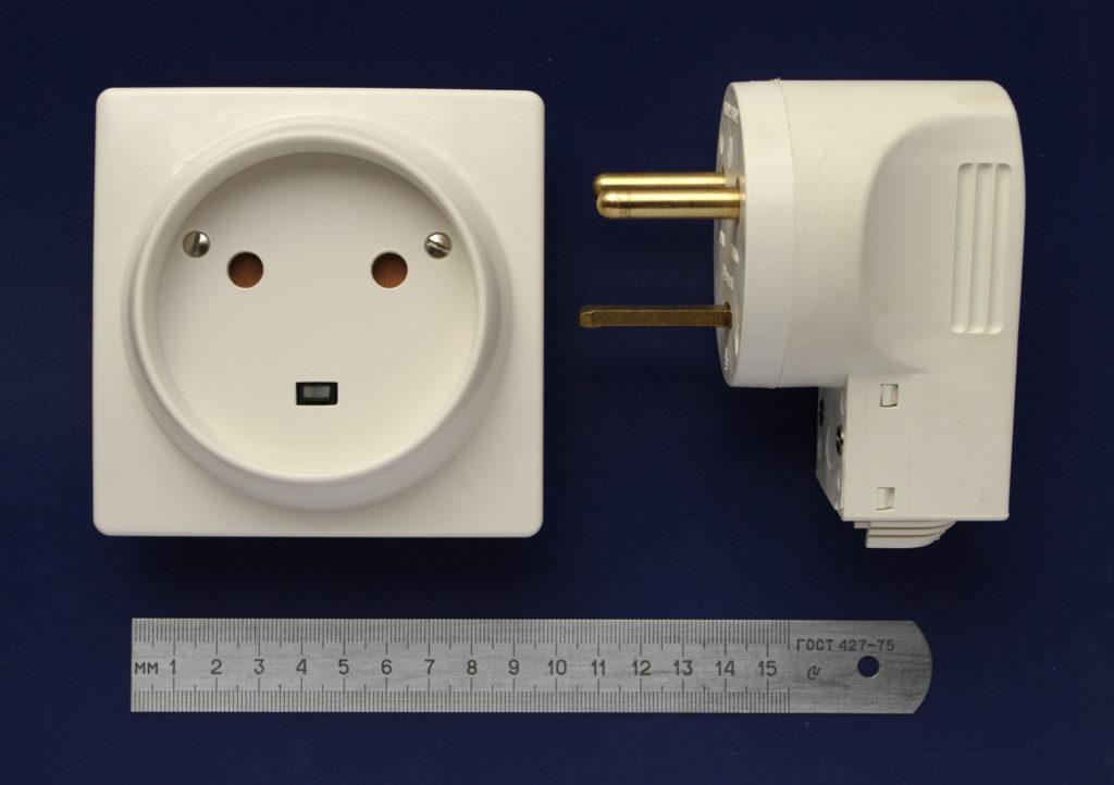 Exemple d'interopérabilité hors du numérique : la prise électrique.