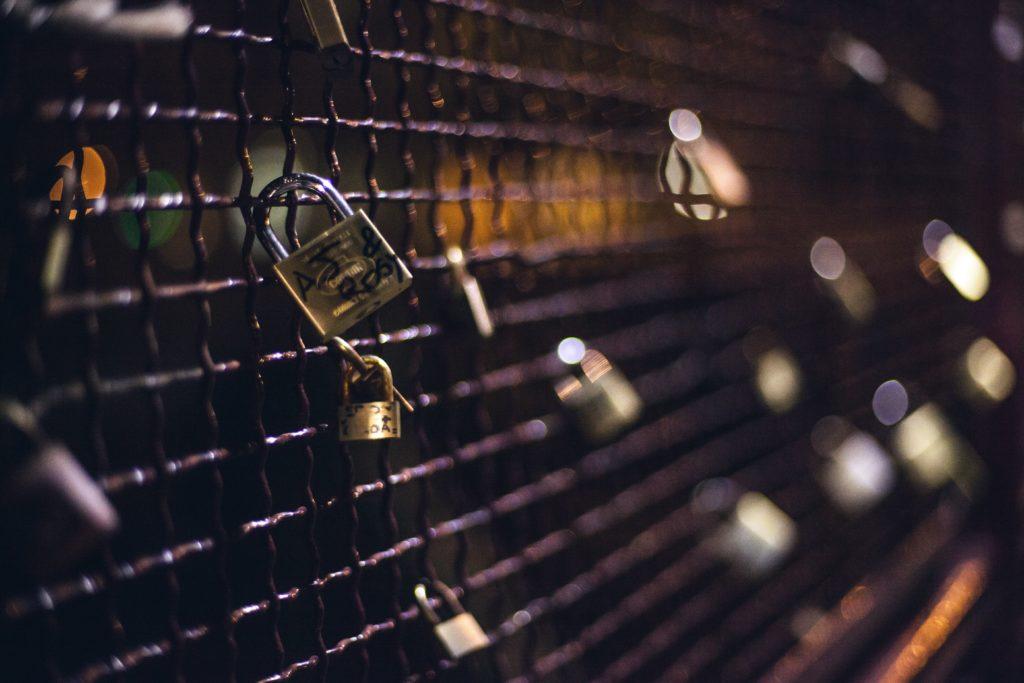 Allégorie de la fidélité des clients de certaines marques : un grillage avec des cadenas symbolisant l'amour.
