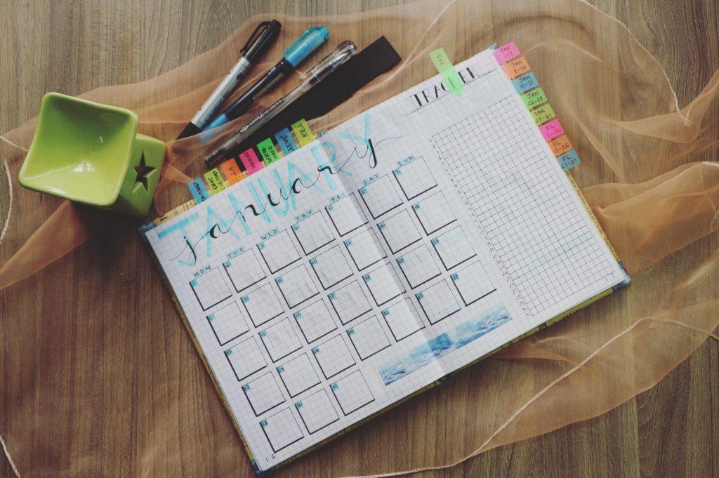 Un calendrier papier vide avec des stylos.
